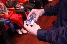 La Policía Nacional entrega los carnés del programa 'Ciberexperto' a alumnos de Palma