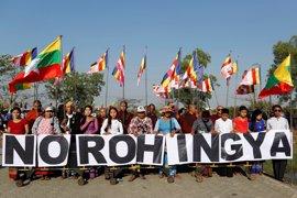 Un grupo de manifestantes recibe en Birmania a un barco con ayuda humanitaria para los rohingya