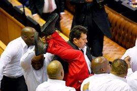 Diputados opositores y oficialistas se enfrentan en el Parlamento de Sudáfrica