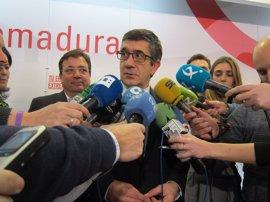 """Patxi López recuerda a Pablo Iglesias que """"la libertad"""" en España se alcanzó """"a costa de muchos muertos socialistas"""""""