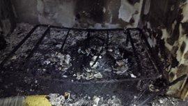 Un hombre sufre quemaduras en una mano y resulta intoxicado por el incendio declarado en una casa en Cartagena