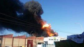 Bomberos dan oficialmente por controlado el incendio de la empresa de Paterna