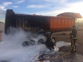 Bomberos de Cartagena sofocan el incendio en el parking de un supermercado y de un camión en la autovía
