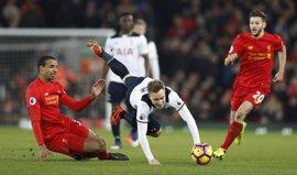 El Tottenham se descuelga en Liverpool (2-0) y el Arsenal acaba con el Hull City