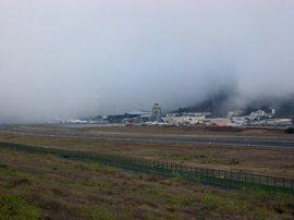 La niebla y el viento provocan cancelaciones y desvíos en los aeropuertos canarios