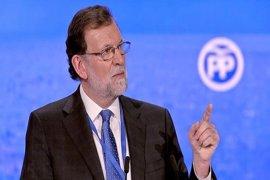 """Rajoy rechaza que busque equilibrio entre Cospedal y Santamaría: """"Lo han hecho muy bien, ¿por qué tengo que cambiarlas?"""""""