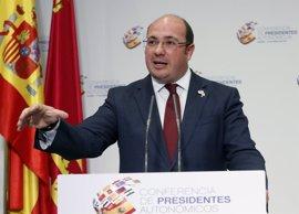 El juez atribuye tres delitos al presidente de Murcia y cinco a la senadora Barreiro