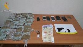 Dos detenidos en Camuñas al viajar en un vehículo con 4 kilos de hachís, un arma y 2.050 euros