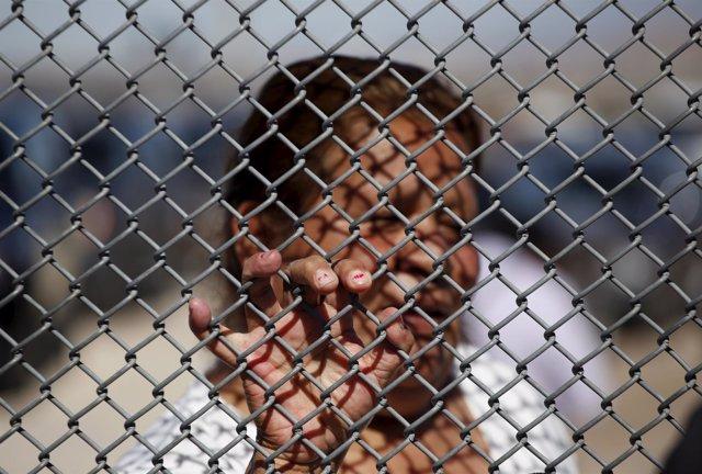 Mujer en la frontera entre México y EEUU