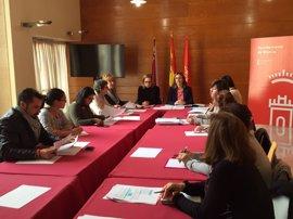 Derechos Sociales propone ampliar horarios y crear espacios para atender a bebés como medidas para promover conciliación