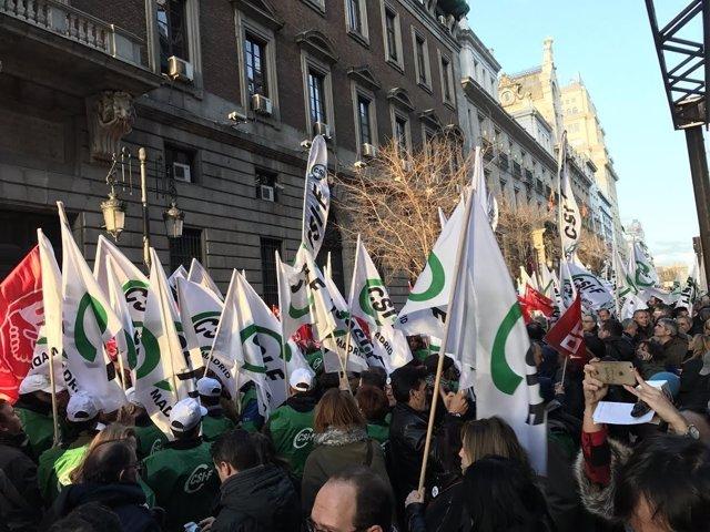 Funcionarios protestan frente a Hacienda