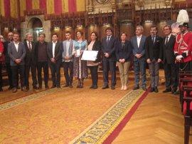 Colau entrega a Muriel Casals la Medalla d'Or póstuma y elogia con Puigdemont su legado