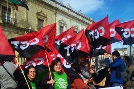 Varias decenas de personas acuden a una movilización de CGT en el Parlamento andaluz en rechazo a los conciertos