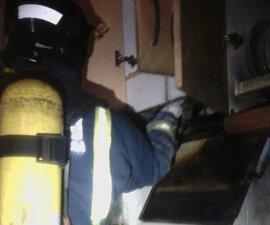 Bomberos del CEIS apagan incendio en una vivienda de Mazarrón