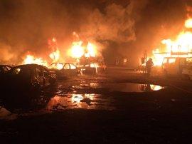 Arden 40 vehículos en un aparatoso incendio en un desguace de Guadix