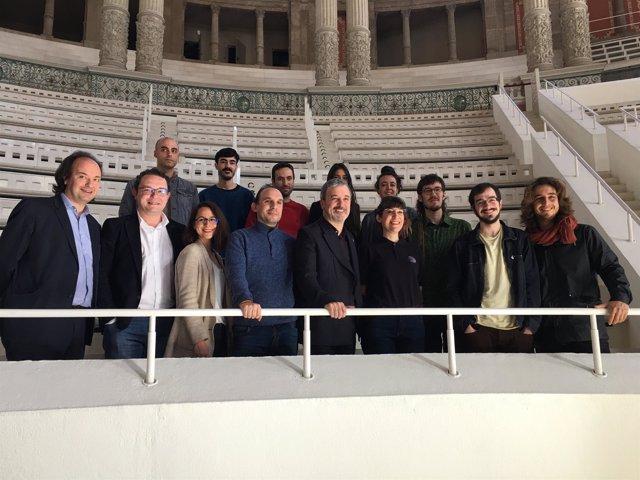 Aleix Valls y Jaume Collboni con los diez artistas que exponen en 'Mobile Week'