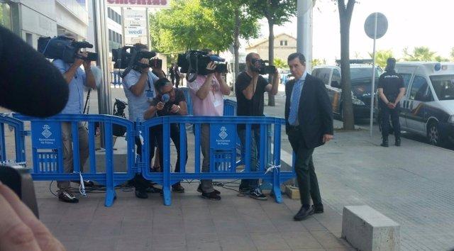 Jaume Matas llegando a la sede de la EBAP