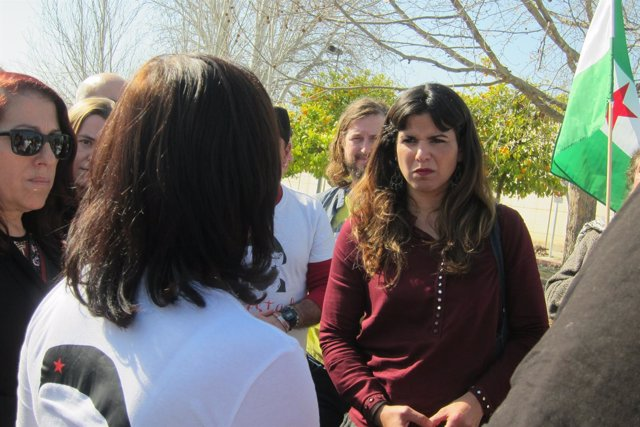 Teresa Rodríguez (Podemos) habla con la pareja de Andrés Bódalo