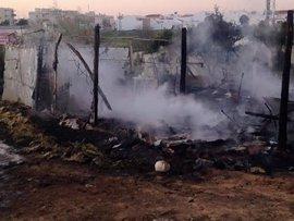 Extinguido un incendio en un asentamiento de Lepe desalojado sin daños personales