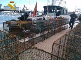 La Guardia Civil interviene 16 nasas ilegales que formaban un 'tren' de un kilómetro en la costa de Gran Canaria