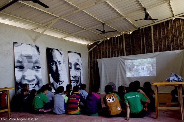 Niños de Tailandia junto con el pintor andaluz Emilio Fornieles