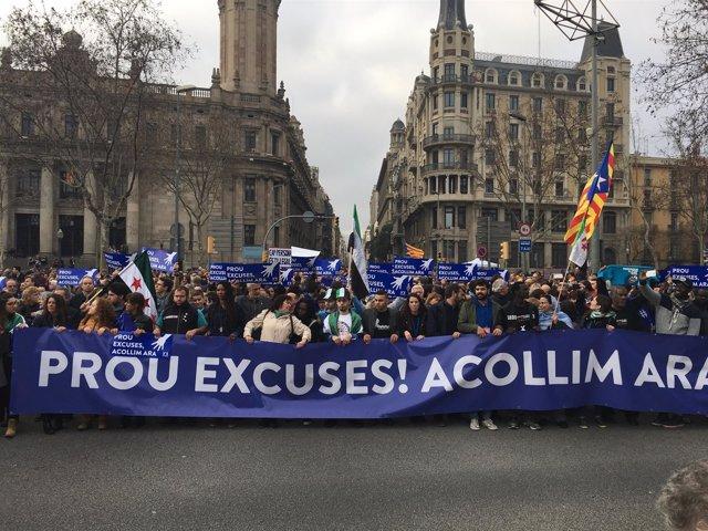 Cabecera de la manifestación a favor de la acogida de refugiados en Barcelona