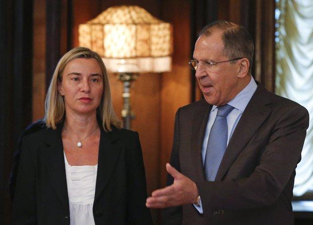 El ministro ruso Sergei Lavrov y la representante de la UE Federica Mogherini