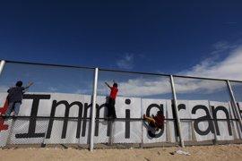 La administración Trump firma dos órdenes que aumentarían el número de migrantes en peligro de ser deportados