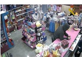 Detenido por atracar a punta de cuchillo una tienda para niños en Sant Vicent del Raspeig