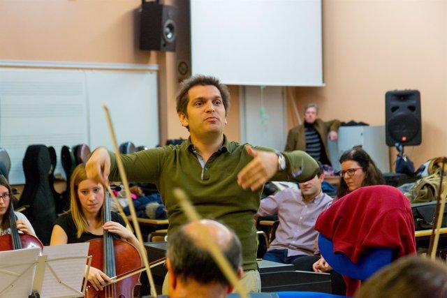 El músico uruguayo Diego Náser dirigiendo a unos alumnos