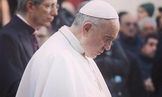 El Papa Francisco rezando, en una foto de su cuenta de Instagram
