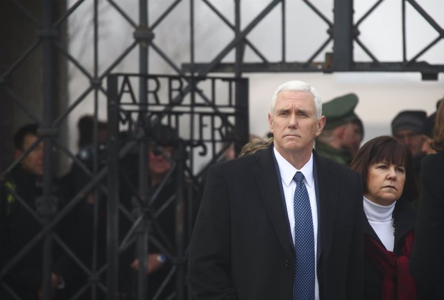 EL vicepresidente de Estados Unidos, Mike Pence, durante su visita a Dachau