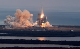 El Falcon 9 de SpaceX envía su carga a la EEI y completa un histórico aterrizaje en Florida