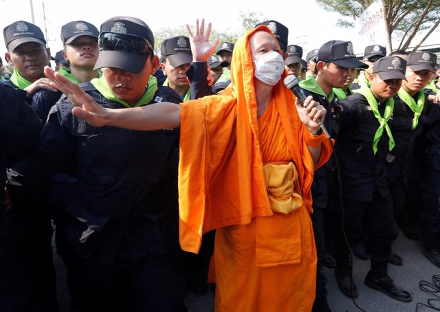 Dhammakaya temple Buddhist monks scuffle with police after they defied police or