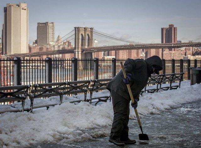 Un trabajador municipal limpia la nieve.