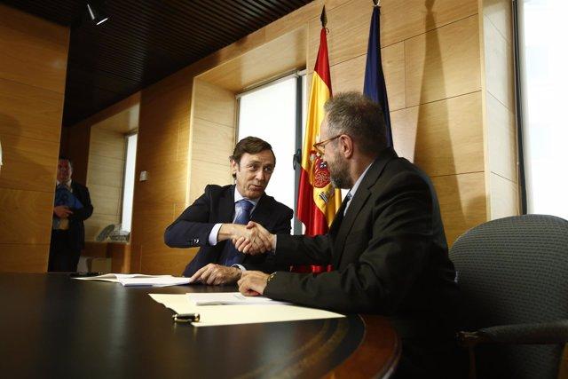 Rafael Hernando y Juan Carlos Girauta firman el acuerdo de investidura