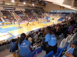 120 niños mallorquines vinculados al programa CaixaProinfancia disfrutan de un partido de básquet en directo