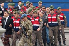Piden cadena perpetua contra más de 40 soldados acusados de querer matar a Erdogan durante el golpe