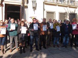"""Un centenar de personas se concentra en Badajoz para reclamar un empleo y salarios """"dignos"""" y contra la """"precariedad"""""""