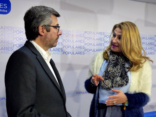 Isabel Cabezas habla con Miguel Ángel Torrico en la sede del PP de Córdoba
