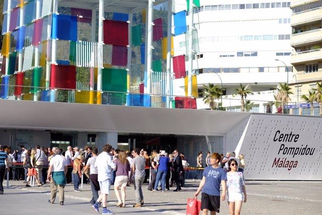 """Turistas visitando el """"Centre Pompidou"""" de Málaga."""