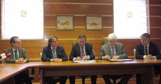Firma del convenio enter la Consejería de Sanidad de CyL y la SEC