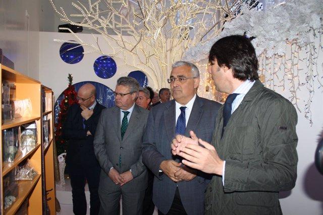 El consjero (centro) en la visita a la empresa