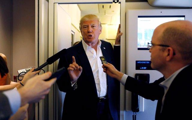 Donald Trump habla en el Air Force One