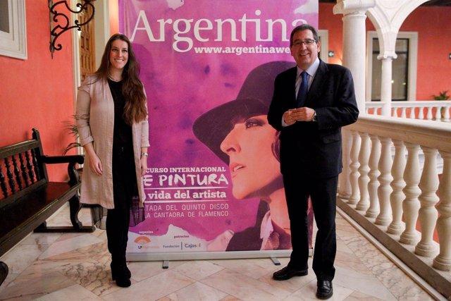 El presidente de Fundación Cajasol junto a la cantaora Argentina