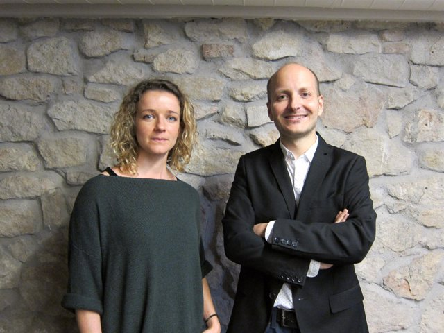 Los investigadores Anna Labernadie y Xavier Trepat del Ibec