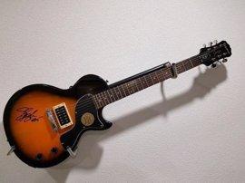 A subasta una veintena de guitarras firmadas por Jon Bon Jovi, Angus Young, Keith Richards, Slash y más músicos