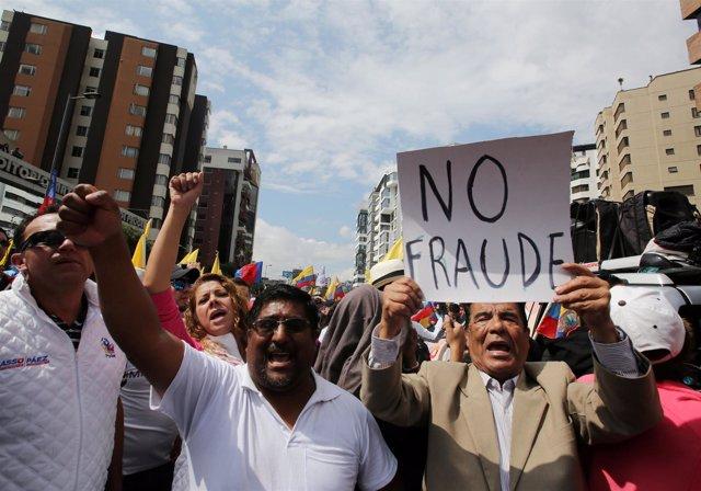 Seguidores de la oposición protestan en Quito tras las elecciones