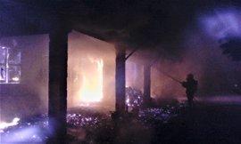 Bomberos del CEIS apagan el incendio en una vivienda en Aguaderas (Lorca)