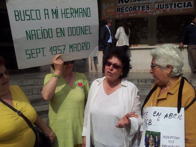 Inés Cerecedo con otras víctimas de 'bebés robados'